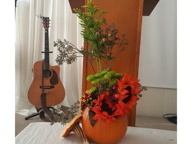 매주일마다 꽃꽃이로 섬기는 자매님의 솜씨입니다